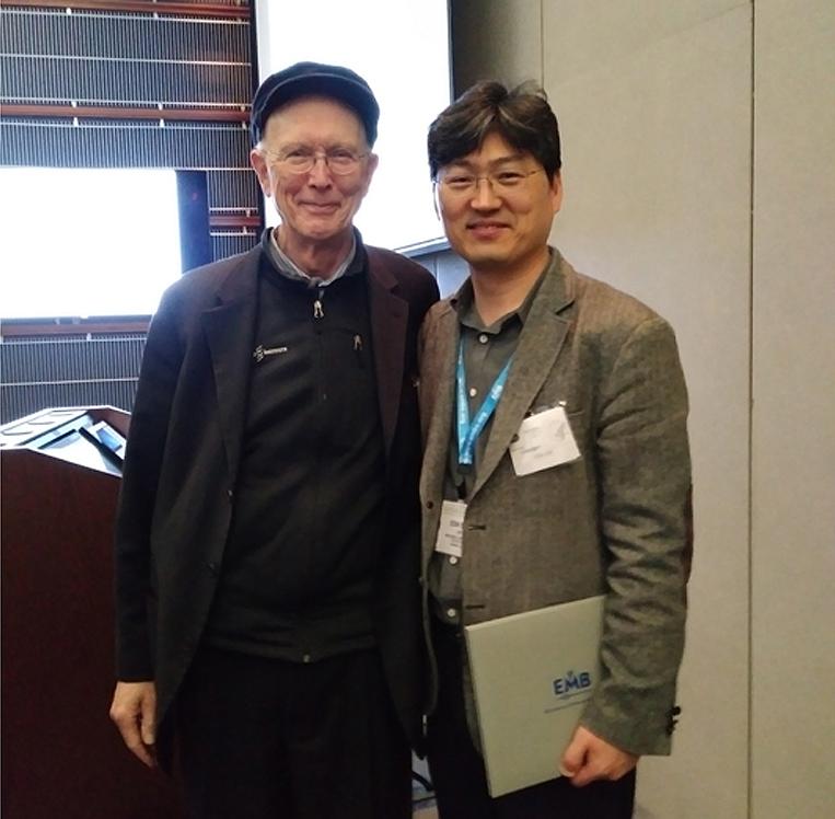 Dr. Lee (right) with Dr. George Whitesides at HI-POCT2017 Award Dr. Lee (right) with Dr. George Whitesides at HI-POCT2017 Award